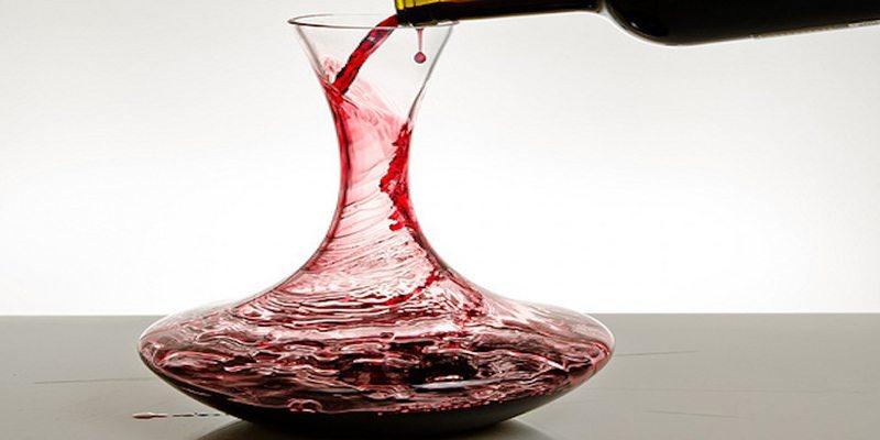 Decantação de vinho em ação